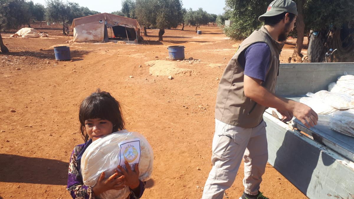 Bombardımanından kurtulan zeytinlik arazilere yerleşen halka ekmek dağıtımımız devam ediyor