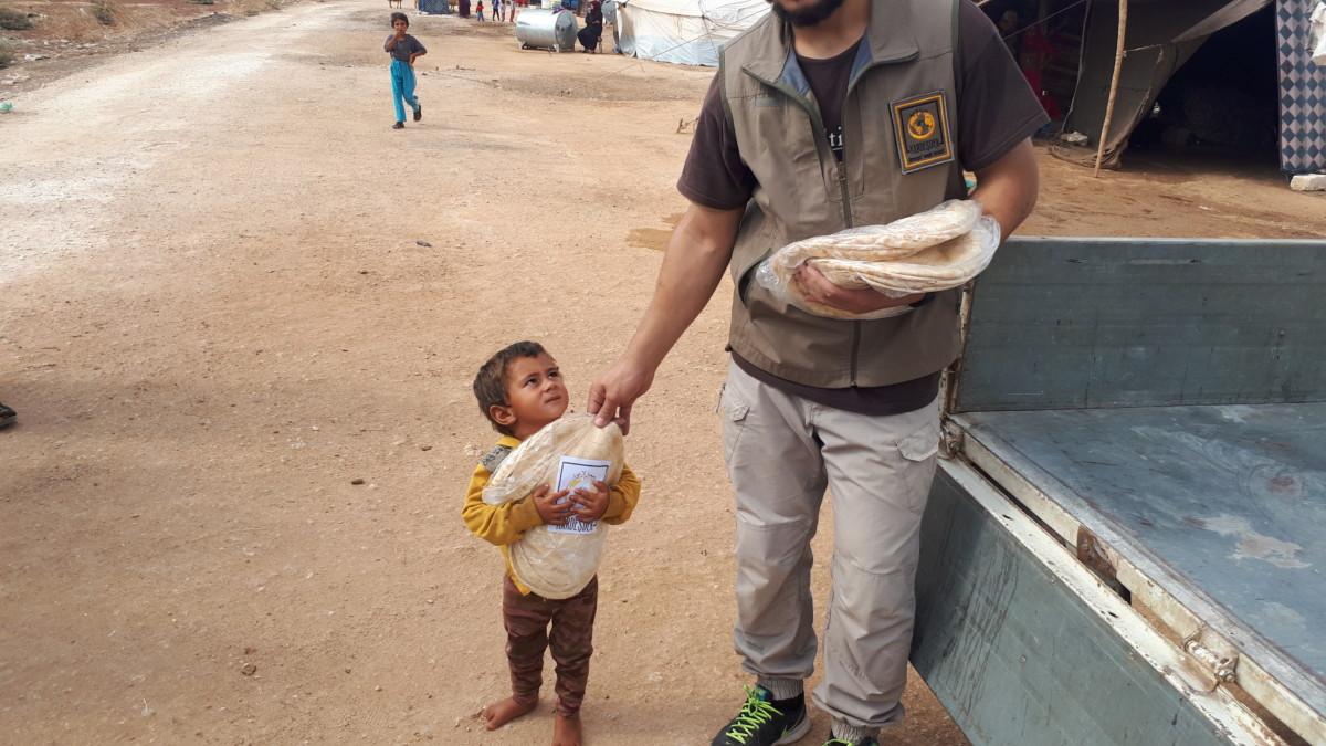 Hama bombardımanından kurtulup Atme kırsalına yerleşen mazlum halka ekmek dağıtımı